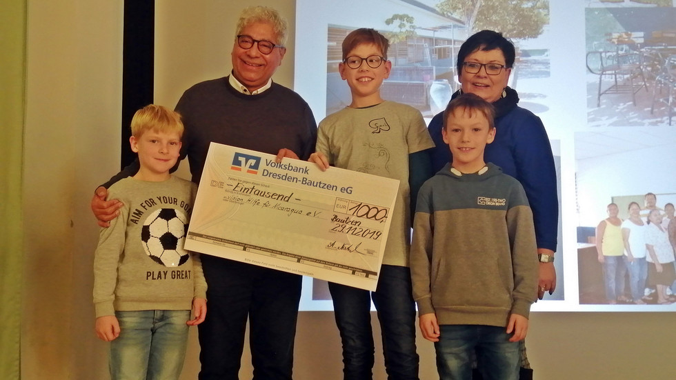 Die drei besten Läufer des Sponsorenlaufes der Sorbischen Grundschule Bautzen mit Prof. Zamora Gonzales und Annette Natusch (Foto: Radio Lausitz/Andrea Proschmann)