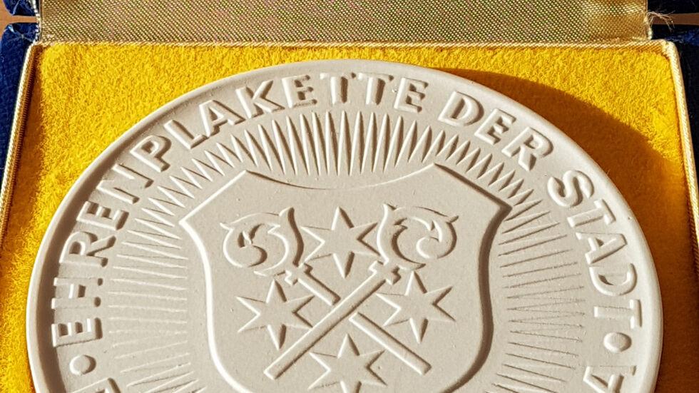 Aus original Meißner Porzellan: Die Bischofswerdaer Ehrenplakette. Es ist die zweithöchste Auszeichnung der Stadt.