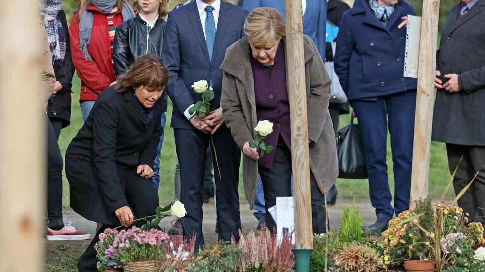Angela Merkel legte gemeinsam mit Zwickaus OB Pia Findeiß und Ministerpräsident Michael Kreschmer (im Hintergrund) am NSU-Gedenkort weiße Rosen nieder. © Ralph Köhler/propicture