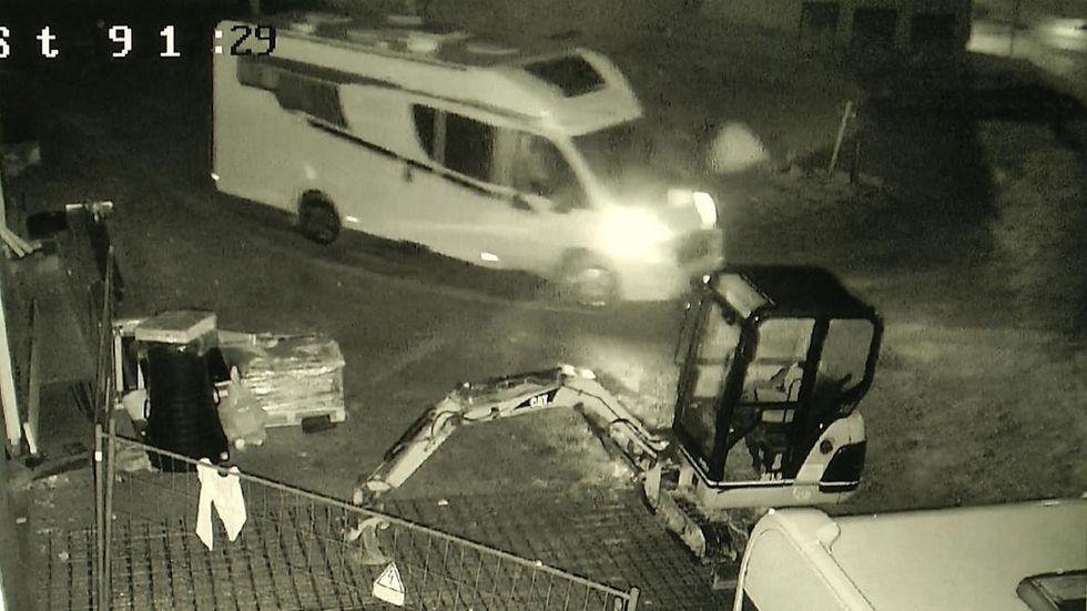 Hier fahren die Einbrecher mit einem Wohnmobil davon. Foto aus der Überwachungskamera.