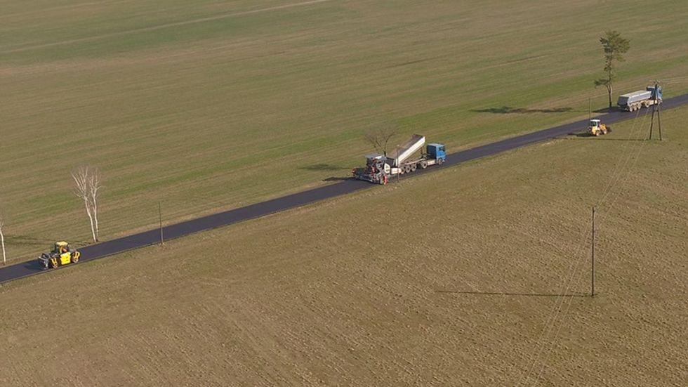Eine Drohne überfliegt die Baustelle.