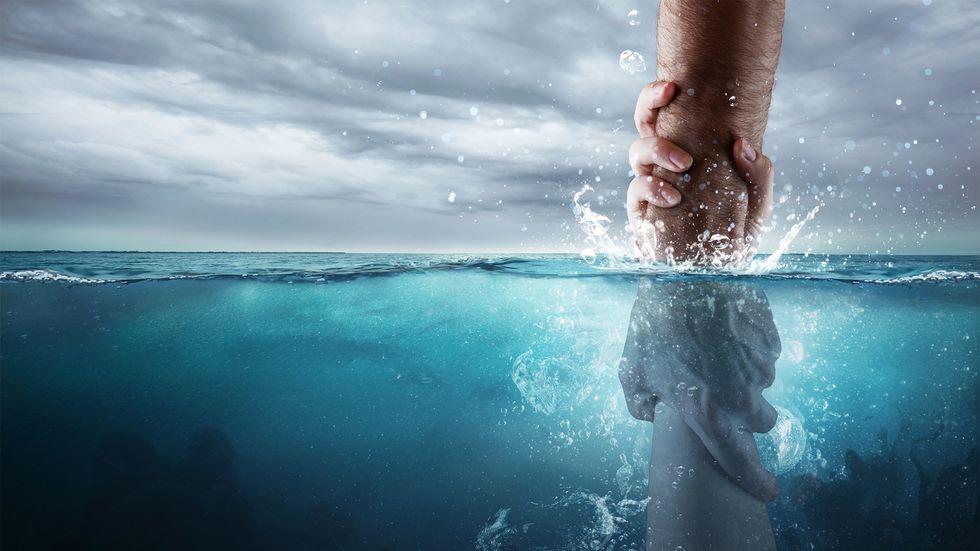 Ertrinkender wird aus dem Meer gerettet