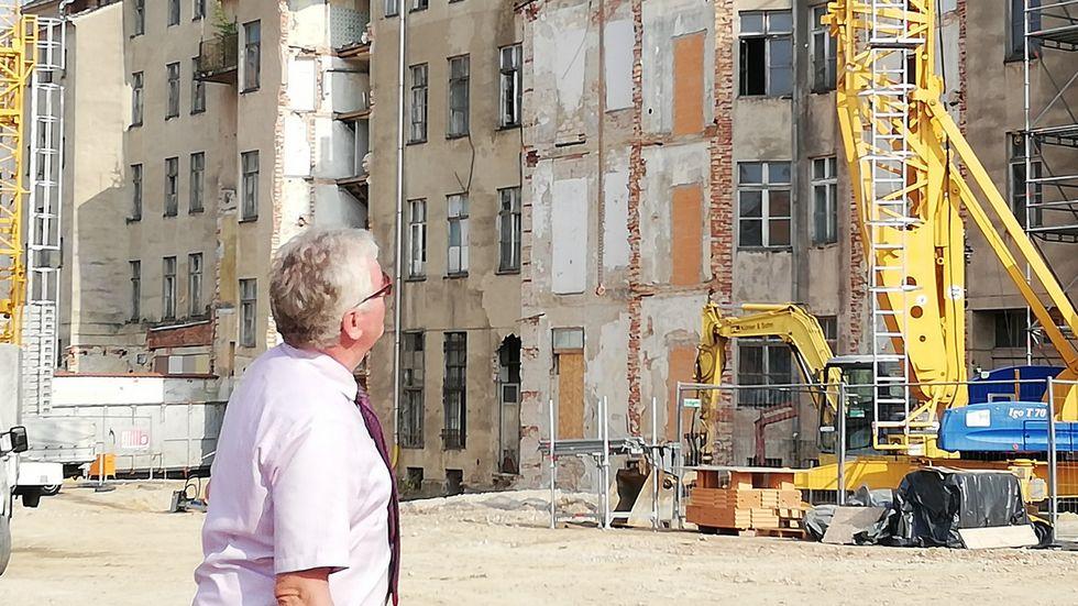Landrat Bernd Lange schaut auf die Häuserzeile an der Berliner Straße. Die Sanierungskosten werden noch steigen. Um wie viel Prozent, kann er aber noch nicht sagen.