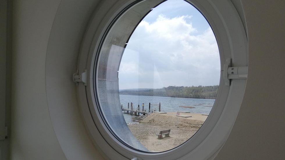 Blick von der neuen Rettungswache am Nordstrand auf den Berzdorfer See.