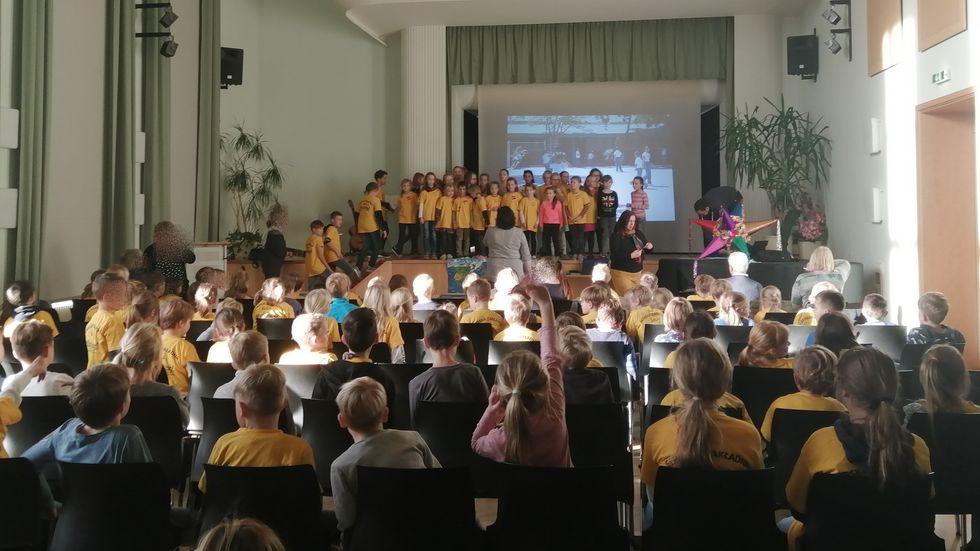 Feierliche Stunde für die Spendenübergabe aus dem Sponsorenlauf (Foto: Radio Lausitz/Andrea Proschmann)