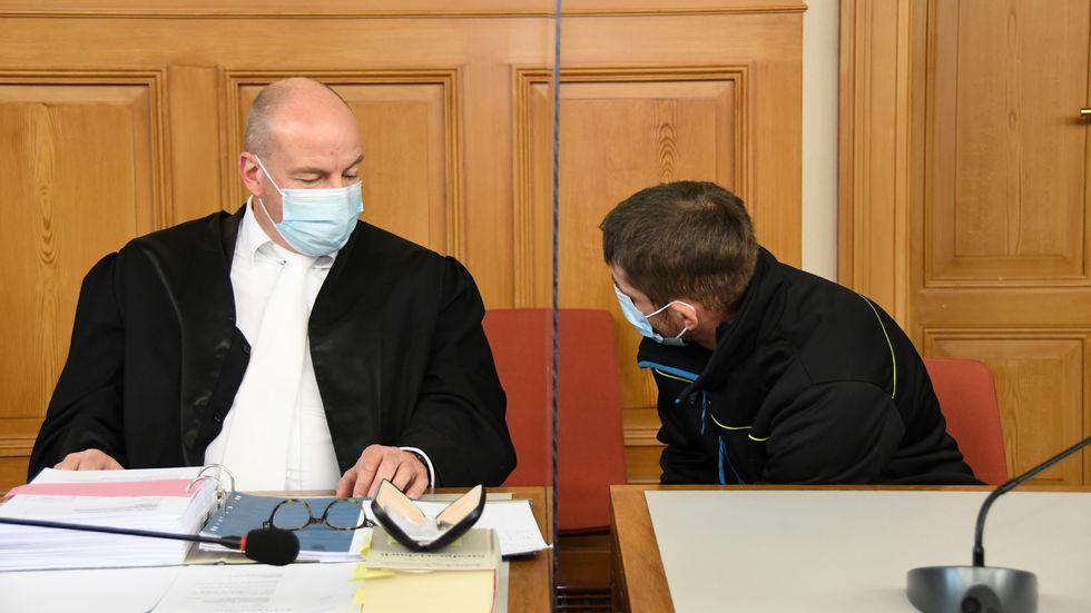 Der Angeklagte (rechts) im Gespräch mit seinem Verteidiger Michael Denkhoff.