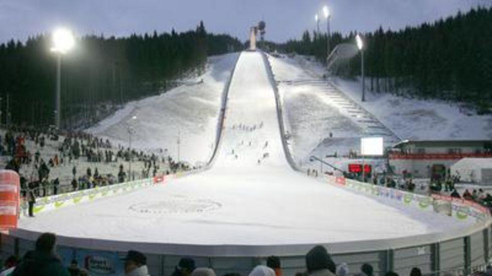 Auf der Schanze in Klingenthal findet jährlich der FIS-Weltcup im Skispringen statt. © dpa/Archiv