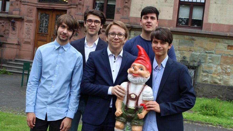 (v.l.n.r.): Silvius Perret, Adam Muderris, Kapitän Maxim Jonah Walther, Michael Ott, Tarek Becic und das Maskottchen Horst.