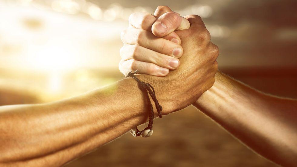 2 Hände schlagen ein