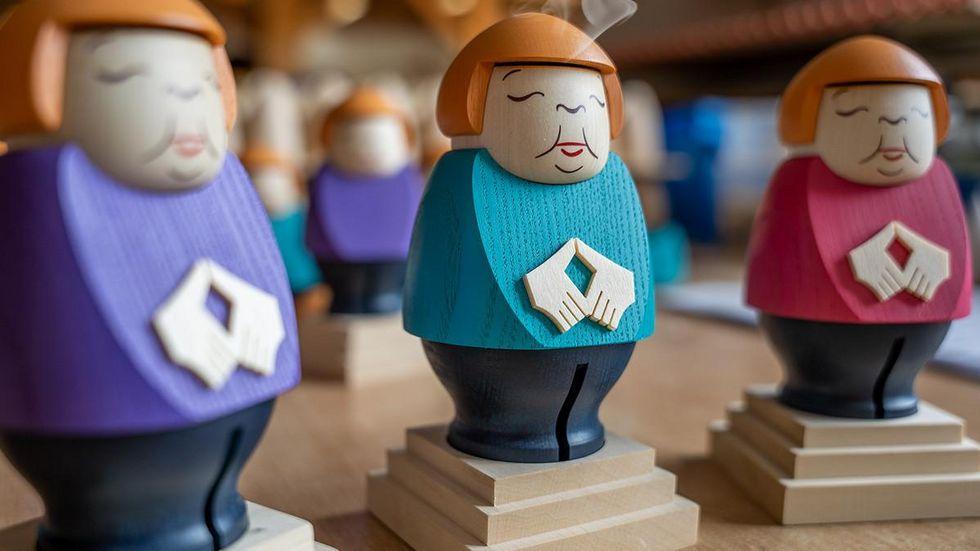 Die Merkel-Räucherfigur wird in drei Farben angeboten.