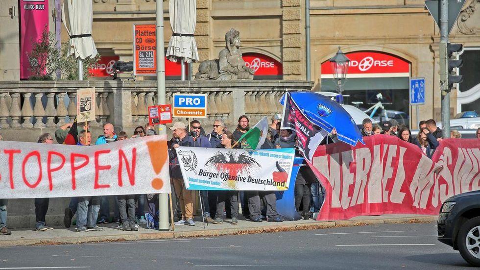 In Rufweite hatten sich etwa 30 Merkel-Gegner versammelt. © Ralph Köhler/propicture