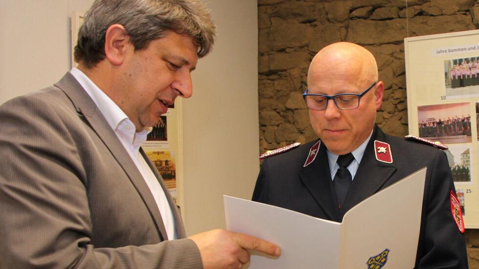 Oberbürgermeister Holm Große (l.) ernennt Sixten Mütterleins zum Wehrleiter der Ortsfeuerwehr Bischofswerda. (Archivbild 2016)