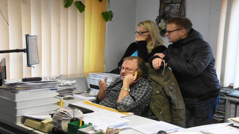Jost Zinke (mit dem Telefonhörer in der Hand), Tochter und Schwiegersohn schauen sich die Bilder der Überwachungskamera an. Foto: Tele-Lausitz (Danilo Dittrich)