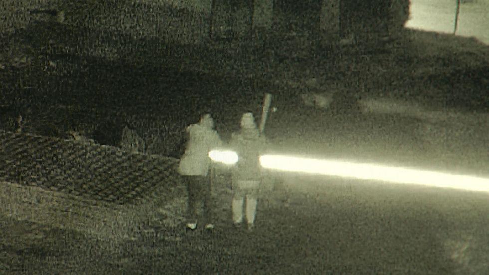 Die Täter machen sich an der Schranke zu schaffen. Bild aus der Überwachungskamera.