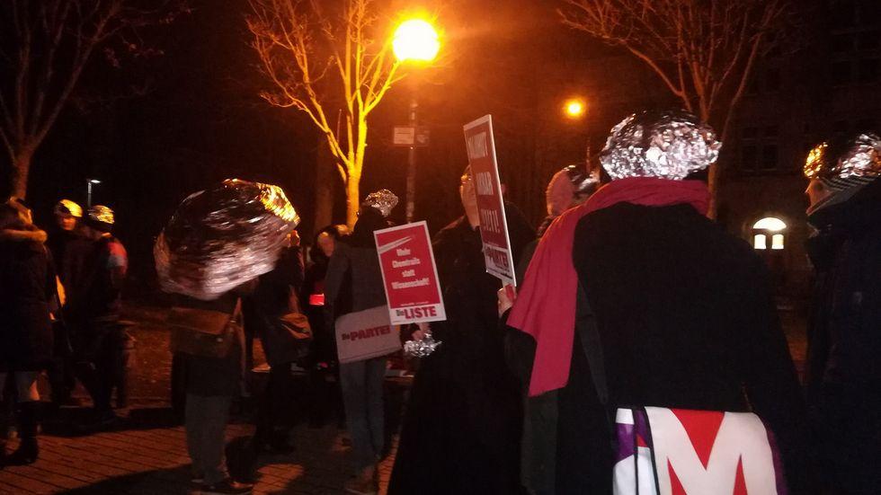 Kleine Protestgruppe vor dem Theater. Foto: Emilia Pallmer