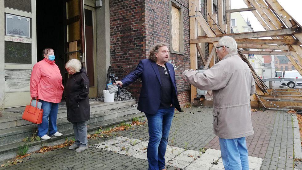 Oberbürgermeister Torsten Pötzsch im Gespräch mit Einwohnern.